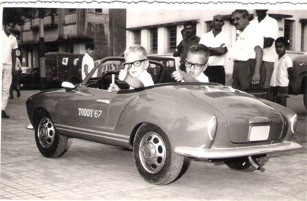 Foto: Fernando Oliveira Teixeira e José Cleber Teixeira, de Passos/MG, ganhadores de um dos Mini-Karman da Toddy no ano de 1967. Enviada por: Ana Claudia Medeiros Teixeira.